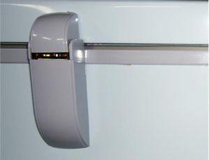 Bản lề cửa tủ được làm chắc chắn, độ bền cao